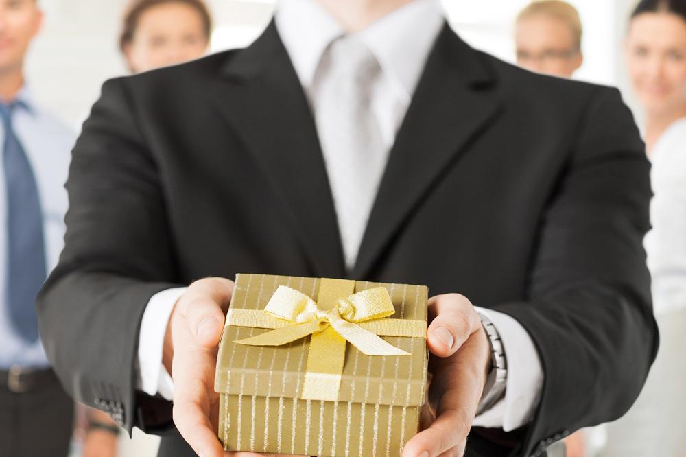 Подарок шефу на 23 февраля: оказать уважение достойно